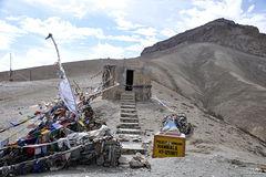 Świątynia i flagi modlitewne na szczycie przełęczy Namkala 3717 m npm