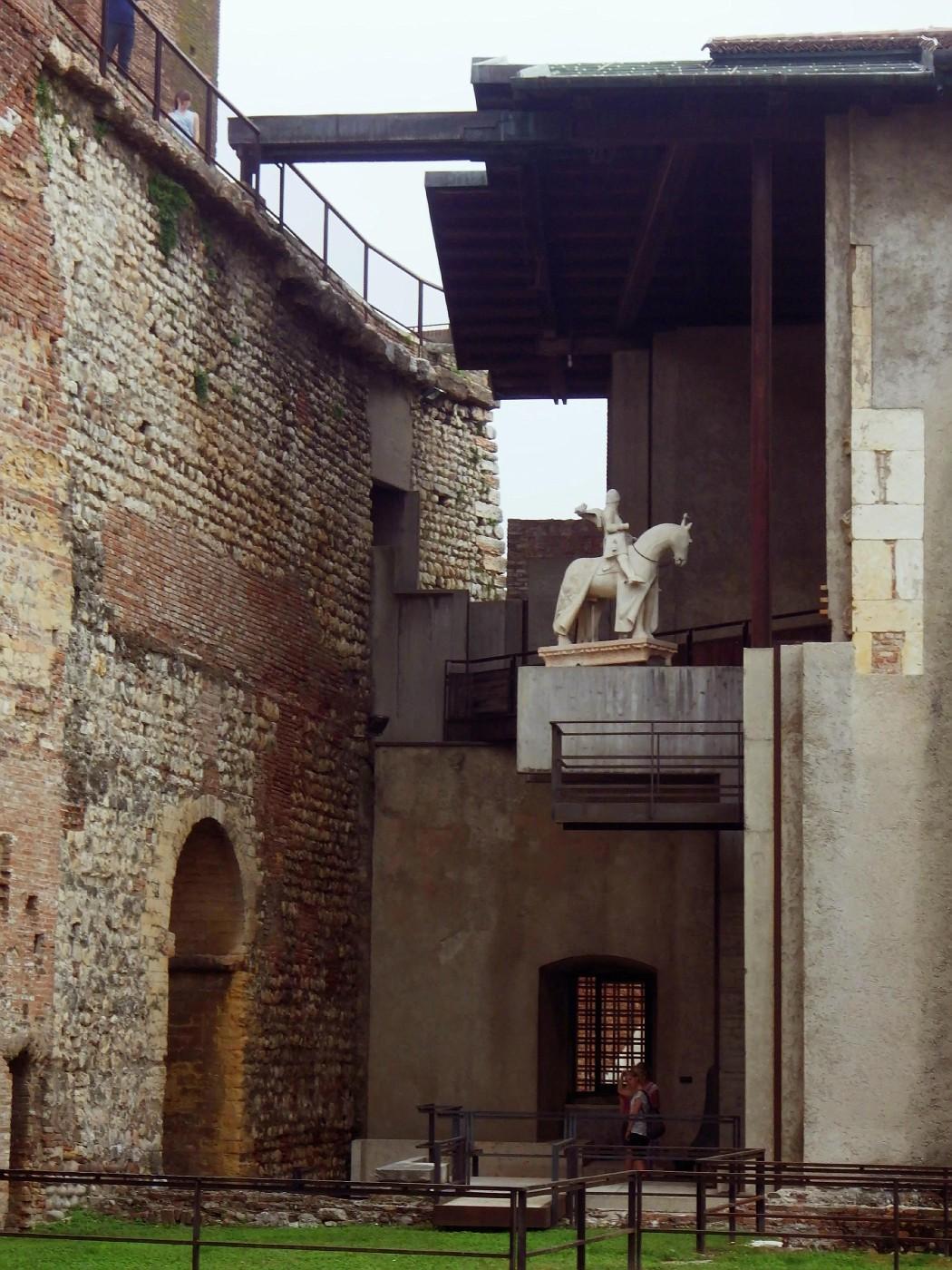 Castel Vecchio, statue of Cangrande