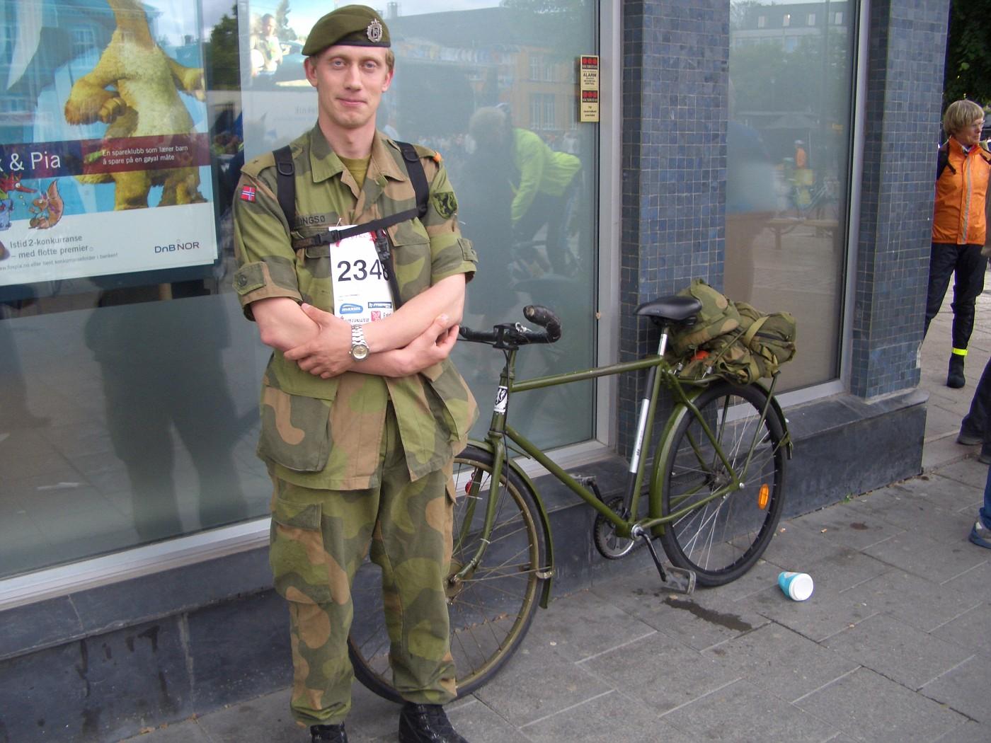 Soldat mit Diensfahrrad am Startplatz