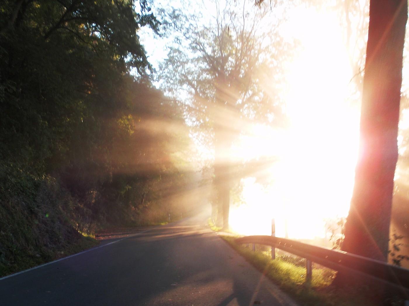 Die Sonne verbrennt die Reste des Nebels