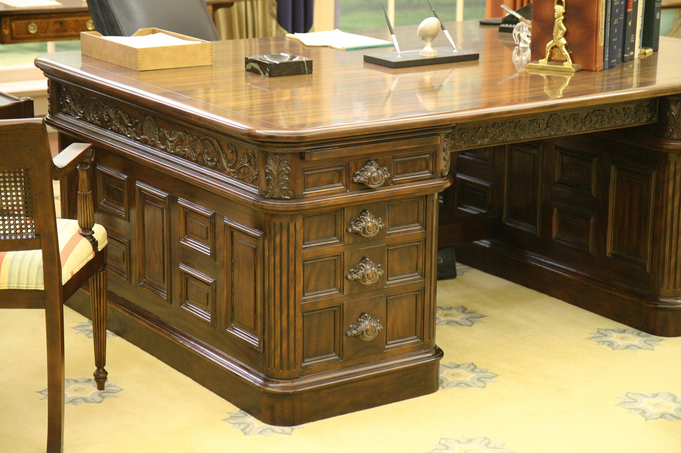 Photo Oval Office Replica Desk Ford Museum And White