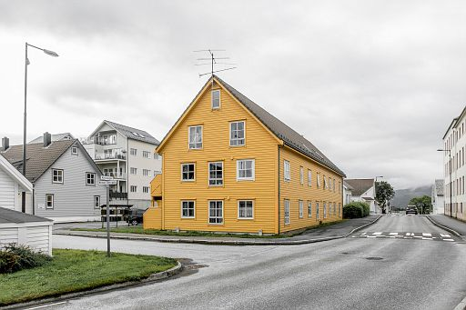 Yellow house in Floro